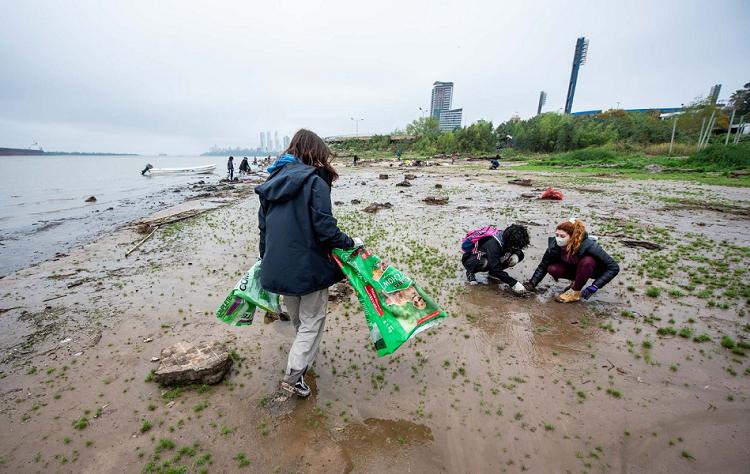 Envases y envoltorios plásticos, a la cabeza de los residuos hallados en el río durante la jornada de recolección